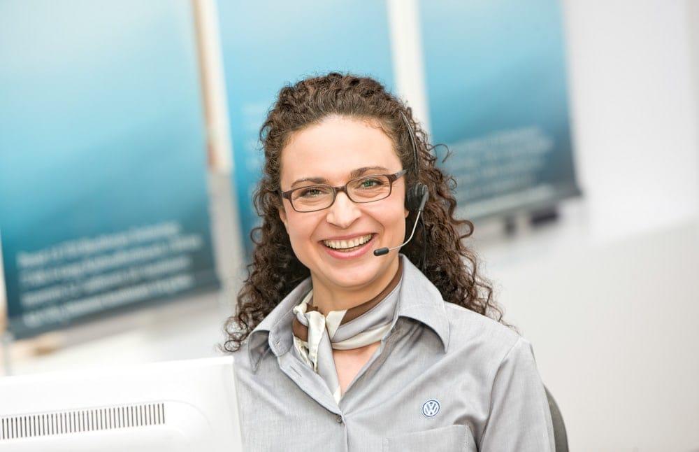 portrait der service assistentin eines autohauses