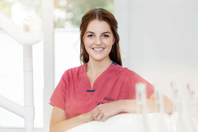 eine jungen zahnarzthelferin an ihrem arbeitsplatz fotografiert