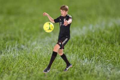 360 grad foto eines jungen fussballspielers