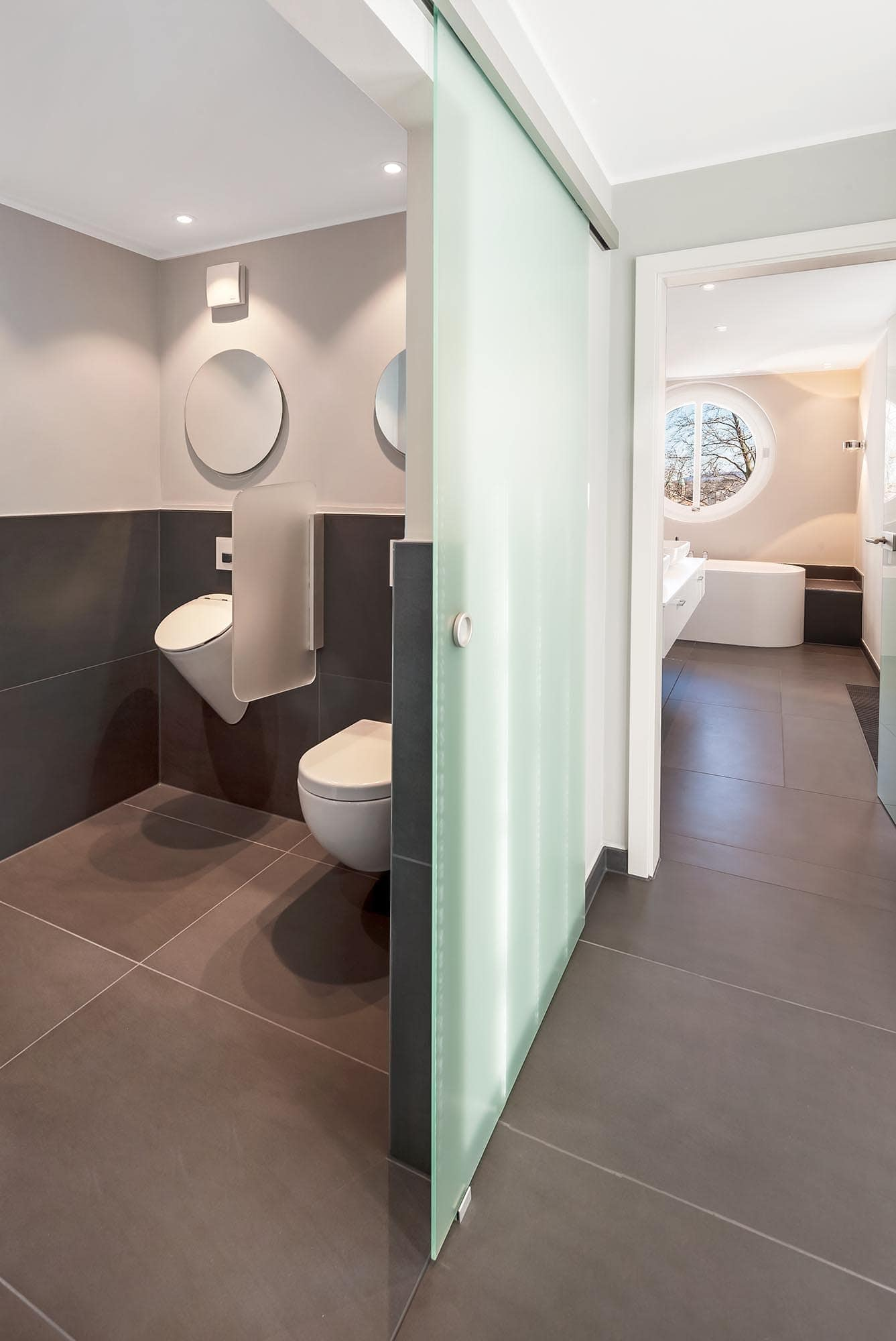 hdr fotoshooting eines designer-bades mit separierter toilette