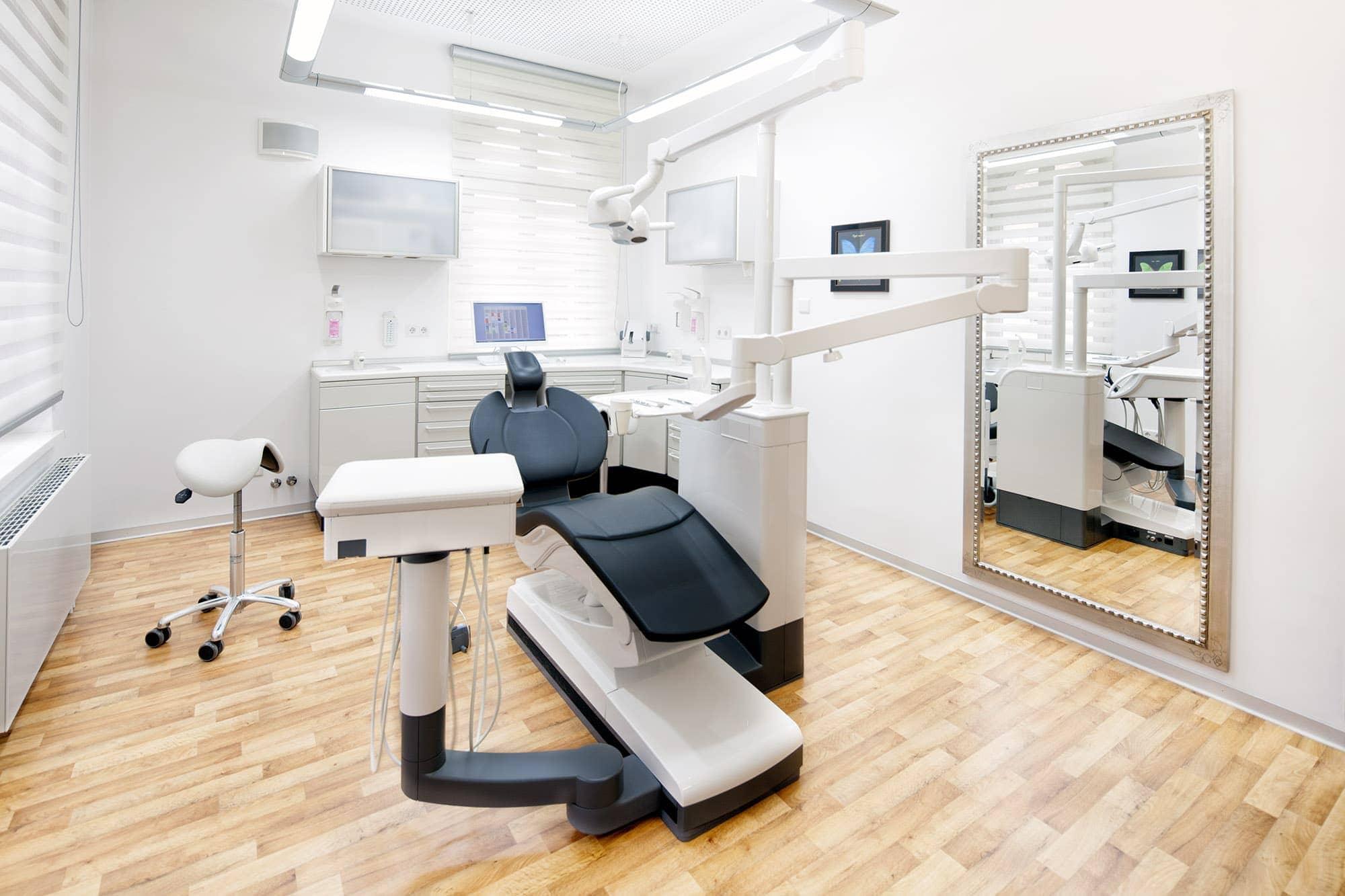 hochwertige interieur-fotografie in einer zahnarztpraaxis. hier können die kunden schon vorab einen blick in die praxis werfen.