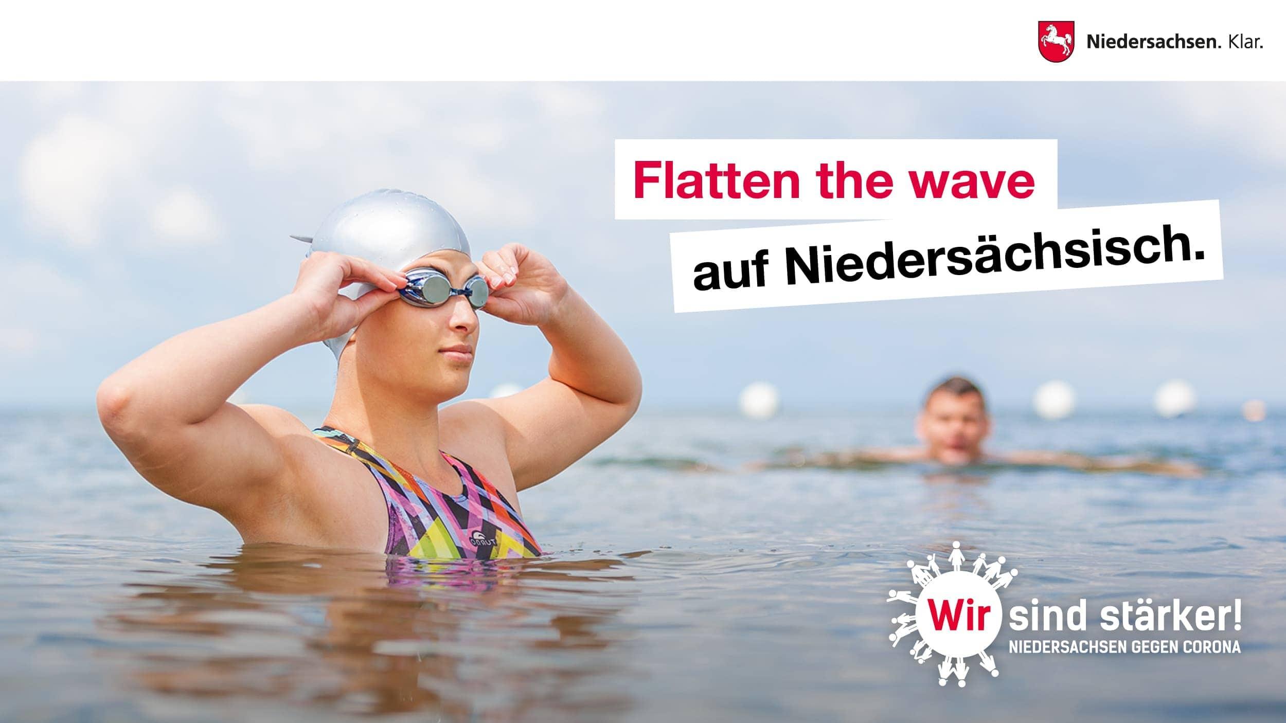 eine schwimmerin in der nordsee als motiv für die aktuelle werbekampagne des landes niedersachsen zum umgang mit corona